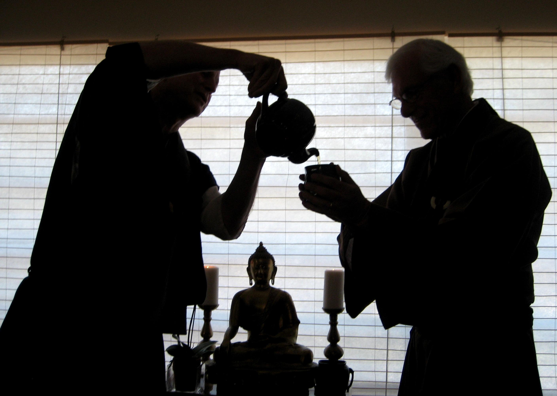 Sensie pouring tea